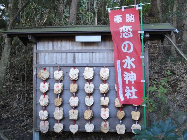 ハートの絵馬も売られています。|恋の水神社