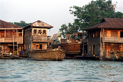 19-039 (ndpa / s. lundeen, archivist) Tags: houses homes people house color building film home water 35mm buildings thailand boats boat canal bangkok nick canals thai watersedge 1970s 1972 19 1973 klong dewolf khlong klongs nickdewolf photographbynickdewolf khlongs reel19