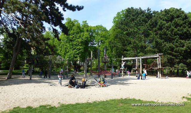 Jugando el un parque después de salir del museo
