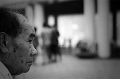 (a.pierre4840) Tags: olympus om4ti zuiko 85mm f2 zuiko85f2 rolleirpx400 rollei depthoffield dof portrait profile grainy grainyfilm grain bw blackandwhite monochrome noiretblanc candid hongkong streetphotography