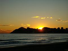 Los ltimos rayos del sol (Aithnic25) Tags: sunset sea sky mountain beach clouds last landscape atardecer mar intense sand colours playa paisaje colores arena cielo nubes montaa sunbeams benidorm rayosdesol ultimos intensos aithnic25