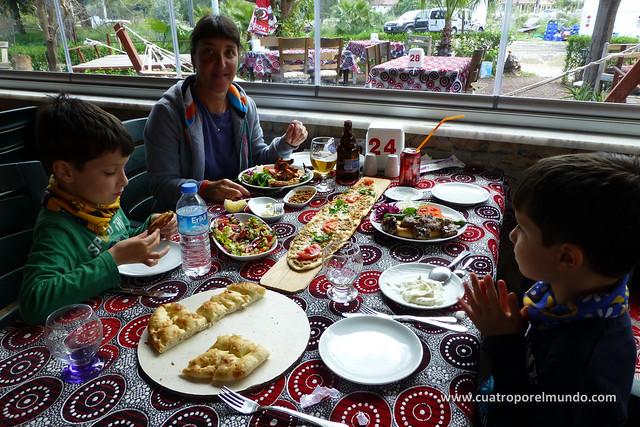 Zampando como dios manda en un restaurante a la entrada de Çirali