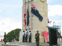 044 - Face aux drapeaux pour le Anzac Day