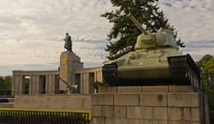 Soviet Tank (Paul 'Tuna' Turner) Tags: city travel vacation sculpture holiday berlin monument cemetery statue germany deutschland memorial europe tank eu german tiergarten europeanunion sovietunion deutsch redarmy secondworldwar worldwartwo westberlin sovietwarmemorial sowjetischesehrenmal bronzesculpture capitalcity lewkerbel monumenttosovietsoldiers marblememorial nicolaisergiejev