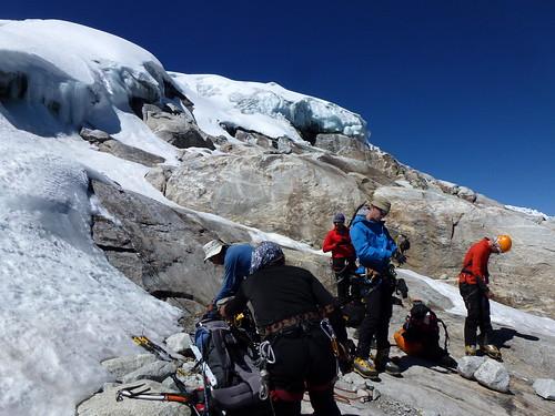 on s'équipe au pied du glacier