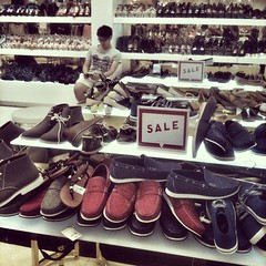 Shopping with the Relatives on Robson. (siuhong.yu) Tags: vancouver shopping shoe sale bored onsale robsonstreet foreverxxi
