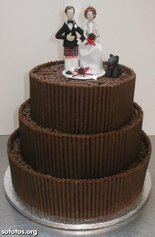 Bolo de casamento com cobertura de chocolate