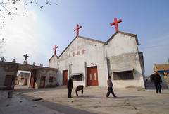 Fuyin Tang kruizen (Frans Schellekens) Tags: china church countryside cross religion churches crosses service kerk gebouw anhui kruis platteland believers religie kerken kruizen kerkdienst gelovigen