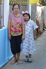 with grandma (the foreign photographer - ฝรั่งถ่) Tags: girl child grandma grandmother khlong thanon portraits bangkhen bangkok thailand nikon d3200