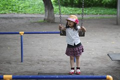 SAKURAKO plays on the swing. (MIKI Yoshihito. (#mikiyoshihito)) Tags: daughter swing sakurako 娘 さくらこ 櫻子 サクラコ 4歳8ヶ月
