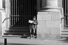 Lector chino (Joe Lomas) Tags: madrid street leica urban espaa calle spain candid m8 reality streetphoto urbano urbanphoto realidad callejero robado robados realphoto fotourbana fotoenlacalle fotoreal photostakenwithaleica leicaphoto