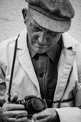The story of a photographer and his love (Giulio Magnifico) Tags: camera portrait love hat photographer emotion wine streetphotography streetportrait oldman passion aged udine nikond800e nikkormicro105mmafsvrf28