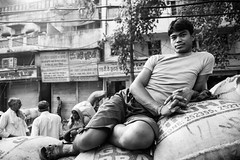 (Jordy B) Tags: portrait bw india man colors asia noiretblanc couleurs delhi streetphotography asie newdelhi homme inde chandnichowk northindia travelphotography indedunord kharibaoli northemindia