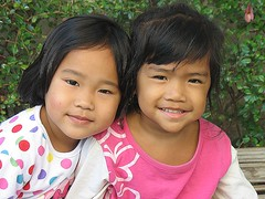 cute girls (the foreign photographer - ฝรั่งถ่) Tags: two cute girls children khlong thanon portraits bangkhen bangkok thailand canon kiss