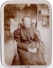 (Ferencdiak) Tags: idős nő kert pavilon szaletli fonott fotel nád filagória old women garden német főkötő