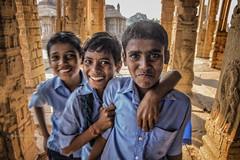 HAMPI : 3 COPAINS AU TEMPLE HAZARA RAM (pierre.arnoldi) Tags: inde india karnataka hampi templehazararama pierrearnoldi photoderue photooriginale photocouleur photodevoyage
