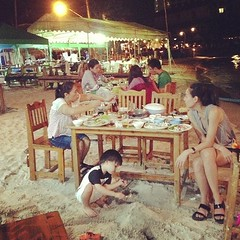 ลิงเป็ปเล่นทรายอยู่ใต้โต๊ะกินข้าว สนุกไปเล้ยยยยย