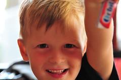 Tassilo (rmh2008) Tags: portrait smile children gesicht child kind occhi sorriso chewinggum orbit bub lächeln gomma bambino faccia kaugummi boychild kindergesicht ragazzino kinderaugen blondchild occhidibambino flickrandroidapp:filter=none ragazzinobiondo blonderbub