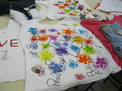 Oficina de customizao (Colgio Razes) Tags: escola artes mogidascruzes customizao ensinofundamental camisetascustomizadas colgiorazes oficinadecustomizao