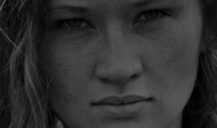 SHOOTING (Gila98) Tags: shooting schwarzweiss grau gesicht sommersprossen augen ernst fotoshooting