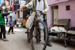 (Jpierrel) Tags: fuji fujifilm x100s india inde delhi newdelhi paharganj street children dog