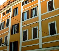C' un filo (manu/manuela) Tags: windows italy colors italia spoleto palazzo colori italie umbria finestre