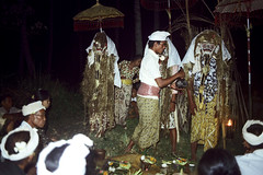 25-695 (ndpa / s. lundeen, archivist) Tags: costumes people bali color men film night umbrella 35mm dark indonesia temple dance costume sitting mask traditional nick ceremony culture masks nighttime parasol 25 southpacific ritual local tradition 1970s umbrellas hindu performers 1972 headbands seated indonesian underexposed parasols balinese dewolf oceania pacificislands costumed nickdewolf photographbynickdewolf dancedrama pacificislandculture reel25 ngerehang