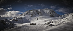 Exploradores de un mundo blanco/ Explorers of a white world (Jose Antonio. 62) Tags: spain españa asturias redes snow nieve mountains montañas clouds nubes helado frozen cabaña cabin