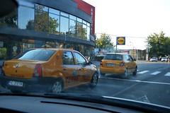 2013_Retyezát_0364 (emzepe) Tags: street car yellow shop store discount cab taxi voiture supermarket bolt utca transylvania transilvania lidl augusztus roumanie taksi hunedoara wagen vajdahunyad erdély nyár autó rumänien ardeal eisenmarkt sárga siebenbürgen 2013 románia áruház üzlet diszkont élelmiszerbolt hunnedeng