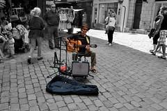 Tocando por las calles de Vannes (R- 007) (Miguel-Angel Lavin) Tags: gente personas francia vannes bretaa