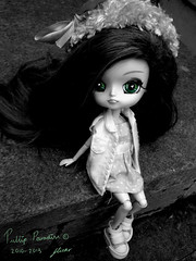 Pretty Green Eyes <3 (Pullip Paradise 2010) Tags: blackandwhite white black cute green scale hat outside grey eyes doll pretty dolls photoshoot dal converse pullip rosen rozen pullips kana greyscale rm rozenmaiden kanaria rosenmaiden dals