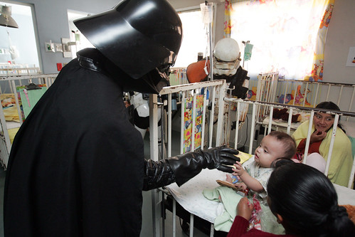 Fans de Star Wars visitan pediatría de hospital nacional