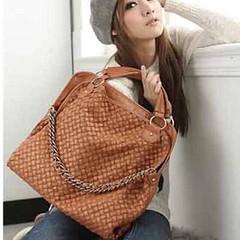 กระเป๋าสะพาย สไตล์อินเทรนด์หนังสานจริงหรูหรามากแบบสะพายสวยแบบสายถักสวยหนังดีแบบสาวเกาหลีแท้ๆ มีสายยาวสะพายหรือถือก็สวยยอดนิยมมาก สั่งกระเป๋าสะพายแฟชั่นสวยไม่ซ้ำแบบใครคู่กับรองเท้าผ้าใบแฟชั่น แบบใหม่เข้ากันมาก จะใส่เป็นกระเป๋าสะพาย กระเป๋าทำงาน แบบใหม่ทันส