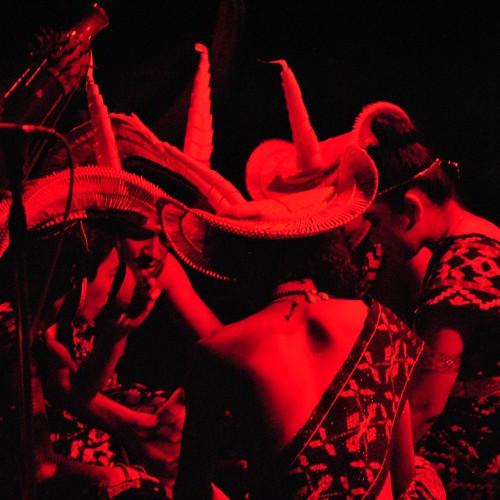 Seorang warga dari Nusa Tenggara Timur (NTT) melakukan ritual sebelum menyajikan permainan musik tradisional