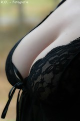 Negligee / Negligé (R.O. - Fotografie) Tags: negligee negligé dekolletee dekolleté sexy schwarz busen breast bust bokeh closeup close up schärfentiefe schärfeverlauf panasonic lumix dmcfz1000 dmc fz1000 fz 1000 bodypart tiefenschärfe erotisch verträumt nachtwäsche reizwäsche unterwäsche erotische reizunterwäsche cleavage