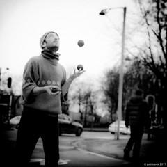 62/365 - jongleur flou - 04/03/2017 (Patrice Dx) Tags: jongleur flou monochrome streetphoto nikonpassion365 projet365