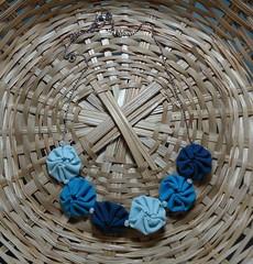 Gargantilha de Fuxico - azuis. (Atelier Moreníssima) Tags: fuxico colar