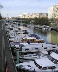 Paris. Le bassin de l'Arsenal et au loin la colonne de Juillet. (Laetitia.p_lyon) Tags: paris nikoncoolpixp7100 boat bateau colonne juillet bassin arsenal