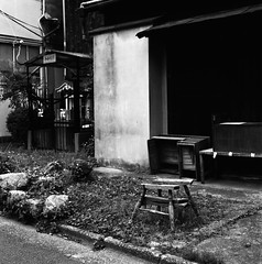 Abandoned Wooden Chair (Purple Field) Tags: street bw slr 120 6x6 film monochrome japan analog zeiss walking square 50mm chair alley kyoto kodak tmax iso400 hasselblad carl   medium  cf f40 distagon  500cm