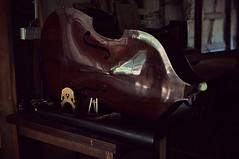 Abglanz eines toten Cellos. (Amnemoir) Tags: reflection body cello riflesso widerspiegelung corponudo abglanz vision:car=0548 vision:outdoor=0622 vision:sky=0675