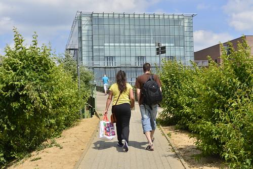Couple marchant vers la salle de spectacle