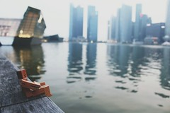 Cubebot chilling by the bay. (metzalx) Tags: skyline marina bay singapore sands areaware vsco cubebot vscocam