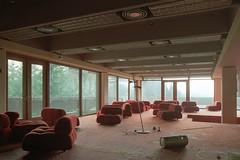 Sitzgelegenheiten (Wolf-Ulf Wulfrolf) Tags: rot hotel verlassen urbex schimmel portra160 vergammelt pentaxsuperprogram pentaxm2828