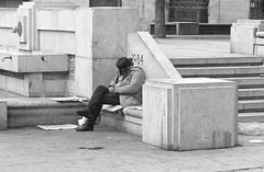 El sueño de Orwell/Orwell´s dreams (Joe Lomas) Tags: poverty madrid street leica urban blackandwhite bw españa byn blancoynegro calle spain candid poor bn beggar m8 reality streetphoto urbano pobre indigente mendigo pobreza indigencia urbanphoto realidad callejero limosna robado robados realphoto necesitado pordiosero limosnero fotourbana fotoenlacalle fotoreal photostakenwithaleica leicaphoto 4tografie
