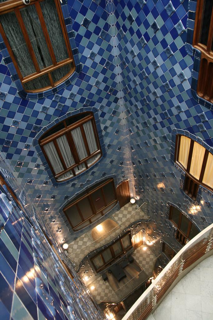 Contre plongée dans la casa Batllo (Gaudi)