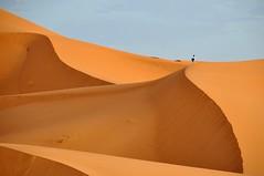 Escalando la duna. (Victoria.....a secas.) Tags: desert dune explore desierto duna marruecos shara