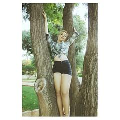 Triana (Vallelitoral) Tags: old parque portrait woman tree cute apple beautiful beauty vintage arbol nice mujer retrato retro iphone piernas doshermanas flickraward iphonegraphy