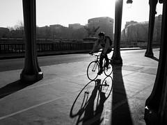 Passy et vélo (Paolo Pizzimenti) Tags: paris film sport paolo olympus f18 arrondissement zuiko vélo contrejour gens omd argentique pylone em1 passy doisneau xvi 17mm m43 mirrorless