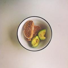 38η μέρα, σνακ: κρίθινα παξιμάδια & αβοκάντο. #natachef #diet #dietry #healthy #snack