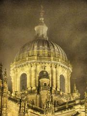 Escondida tras la niebla (jes_car) Tags: catedral nocturna salamanca niebla catedrales cpula